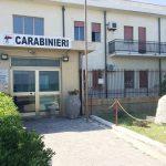 Giocavano a carte davanti al bar chiuso, denunciati dai Carabinieri.