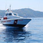 """Troppe persone in balia delle onde. Il monito della Guardia Costiera: """"Prudenza!"""""""