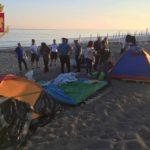 Sgomberato accampamento abusivo sulla spiaggia di Giancola. Emessi 6 fogli di via.