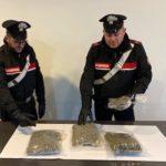 Fuga dal posto di blocco con la droga e incidente. Due arresti. I dettagli.