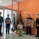 Giochi, libri e colori. Il bel dono della Guardia Costiera per i bimbi in pediatria.
