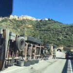 Autoarticolato si ribalta in autostrada. Nessun ferito grave.