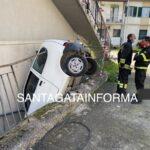 Rocambolesco incidente, auto sfonda ringhiera, salvi padre e figlio.