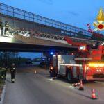 A20, intonaci pericolanti dal viadotto. Intervento dei Vigili del Fuoco.