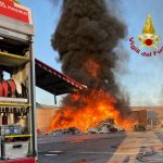 Rifiuti in fiamme a Torrenova